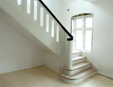 Białe schody drewniane