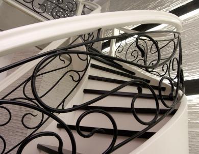 Gięte schody z kutą galerią